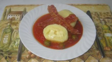 Gefüllte Kartoffel-Käseklöße mit Tomaten-Olivensoße und Bacon - Rezept