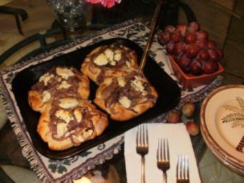 Biscuit Koerbchen gefuelt mit roter Zwiebel und Ziegekaese-  Serviert mit gefuellter Bockwurst - Rezept