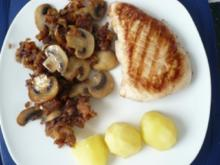 Putensteak mit Champignons und Röstzwiebeln - Rezept