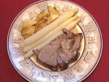 Vâle l'asparge mit gebratenen Schlosskartoffeln an Kalbsjus (Rosi Jacob) - Rezept
