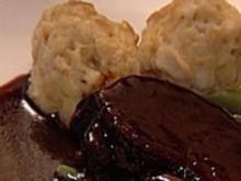Sauerbraten vom Reh mit Semmelknödel, Bohnen und Apfelspalten - Rezept