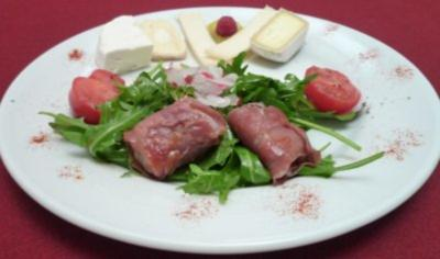 Ziegenkäse-Variationen auf einem Bett von Rucola mit Datteln und Parmaschinken - Rezept