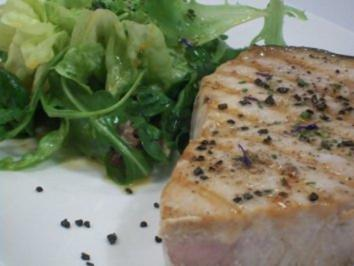 Marlin mit schwarzem Salz an Pflücksalat mit Dattelvinaigrette - Rezept