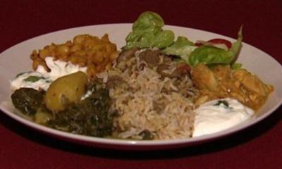 Lamm Biryani mit Gurken-Raita, Hühnchencurry mit Kichererbsen und Aloo Saag (Kristiane Backer) - Rezept