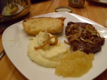Rindernackensteak mit Kartoffelpüree,Zwiebelringen Apfelmus und Knoblauchbaguette - Rezept