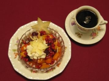 Obstsalat mit selbst gemachter Eierlikörsahne und Mandelsplittern - Rezept