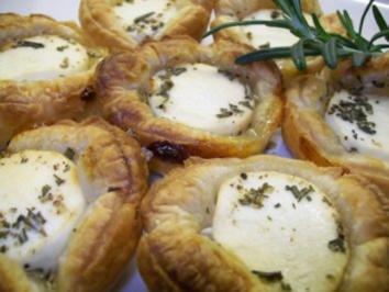Rezept: Ziegenfrischkäsetörtchen mit canadischem Honig und Rosmarin