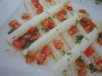 Salat: lauwarmer Spargelsalat mit Tomaten-Kräuterdressing - Rezept