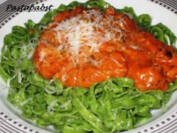 Spinattagliatelle mit Tomaten-Specksauce - Rezept