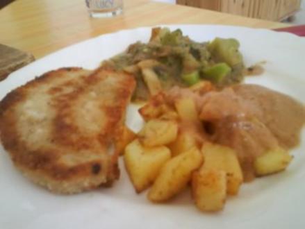Schnitzel mit Kartoffelwürfeln, Currygemüse und lecker Sauce - Rezept