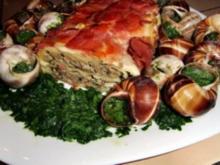 Gegrillte Maultasche im Speckmantel auf Spinat mit Achatschnecken garniert - Rezept