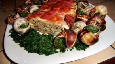 Rezept: Gegrillte Maultasche im Speckmantel auf Spinat mit Achatschnecken garniert
