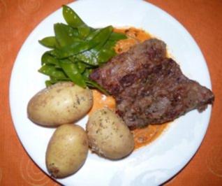 Hirschsteaks an Sahnesößchen mit Ajvar mit  Fleur de Atlanticokartoffeln & Zuckerschoten - Rezept