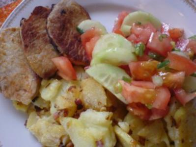 Bratkartoffeln mit Minutensteaks und Tomatensalat - Rezept