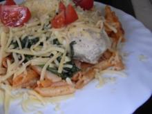Hähnchenbrustfilet mit Blattspinat überbacken an Tomaten-Nudel-Pfanne - Rezept