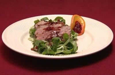 Rezept: Kalte Entenbrust auf gespecktem Feldsalat mit Preiselbeer-Balsamico