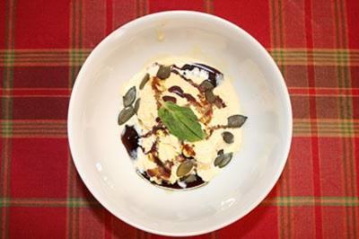Rezept: Vanilleeis mit Kürbiskernöl, gerösteten Kürbiskernen und Pfefferminz