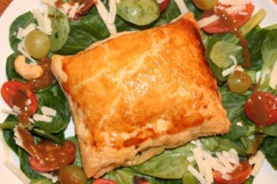 Blätterteigtaschen gefüllt mit Spinat, Feta und Pinien- kernen an Feldsalat - Rezept