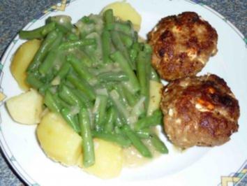 Buletten mit Bohnengemüse auf Salzkartoffeln - Rezept