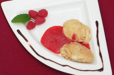 Kalte Moscato-Zabaione mit Amaretti, Himbeeren und Erdbeersalsa - Rezept