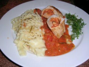 Rezept: Gefüllte Putenroulade mit Tomaten und Mozzarella nach meiner Art, an Tomatensauce und Reginette