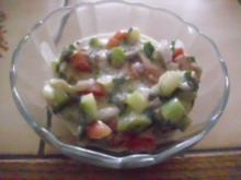 Gurken-Tomaten-Salat mit Knoblauch-Joghurt-Dressing - Rezept