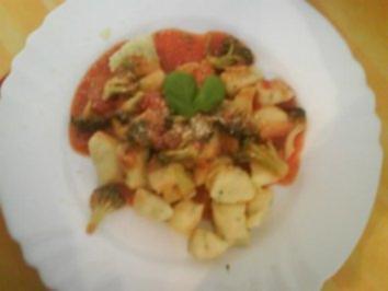 Basilikum-Gnocchi mit Tomaten-Gemüse-Sauce - Rezept
