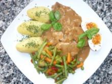 Schweinebraten an Zwiebel-Rahmsauce mit Mischgemüse und Salzkartoffeln - Rezept
