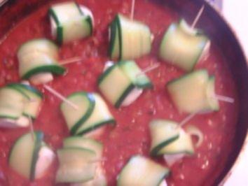 Zucchini-Rollen mit Mozarella in Tomatensauce - Rezept
