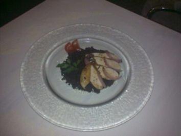 Pochierte Hühnerbrust auf Beluga-Linsen - Rezept