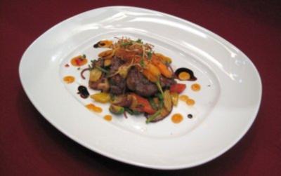 Straußensteak auf Wokgemüse, Kartoffelnudeln und Ingwerkarotten - Rezept