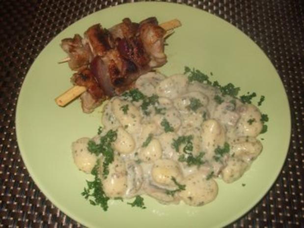 Schweinefiletspießchen mit Gnocchi in Champignon Käsesoße - Rezept