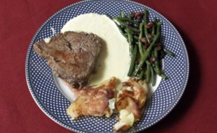 Steak mit grünen Speckbohnen, dazu gebratene Kartoffeln und Sauce Béarnaise (René Weller) - Rezept