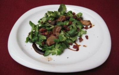 Feldsalat mit Speck und Pilzen - Field salad with bacon and mushrooms - Rezept