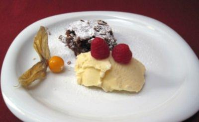 Brownie mit Vanilleeis - Chocolate brownie with homemade vanilla ice - Rezept
