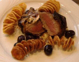 Lammrückenfilet im Auberginenmantel mit Schafskäse,Olivensauce und Kartoffelchips - Rezept
