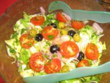 Gemischter Salat mit Tomätchen und Oliven mit einer Kräutervingrette - Rezept