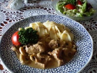 Kalbsragout mit Bandnudeln und Salat - Rezept