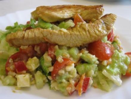 Bunter Salat mit Bulgur und gebratenen Putenbruststreifen - Rezept