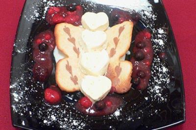 Mandel-Krokant-Cassata im Hippenschmetterling mit Beerenfrüchten - Rezept