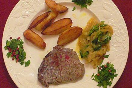 Rinderfiletsteak an Curry-Gewürz-Zwiebeln mit Rauke und Fruchtsalat - Rezept