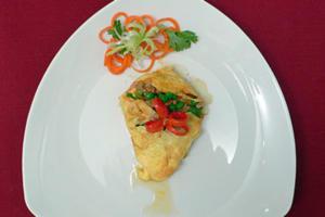Omelett gefüllt mit Hackfleisch, Paprika, Tomaten und Erbsen - Rezept
