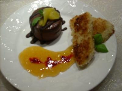 Schokoladeneis-Parfait an gebratenen Mango-Kokosscheiben u Fruchtspiegel - Rezept