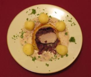 Schweinefilet mit Rotkohl im Blätterteig mit Miniklößen an Bratensoße - Rezept