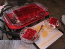 Erdbeer - Brezel Dessert -  Erdbeeren mit Schlagsahne und Philadelphia Kaese auf gebackener Pretzelkruste - Rezept