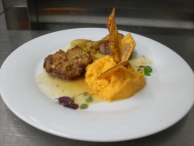 Straußenfilet in Cashewnusskruste auf Kartoffelpüree an Weißweinschalotten - Rezept