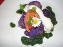 Lachstartar auf lila Kartoffelsalat mit grünem Pesto - Rezept