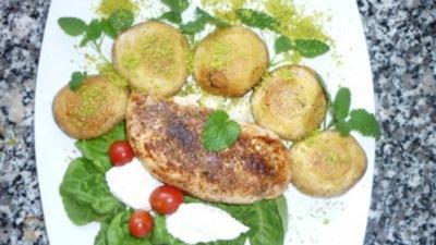 """Hähnchenfilet """"Ras El Hanout"""" an Champignonköpfen mit Pistaziensalz und Ziegenkäsenocken - Rezept"""