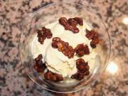 Eis mit karamellisierten Walnüssen und Karamellsoße - Rezept