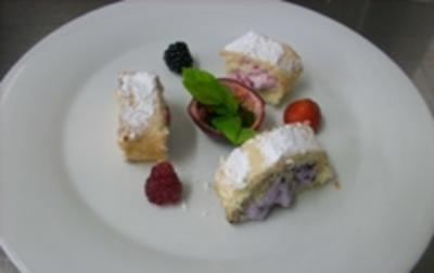 Röllchen an Minzsoße gefüllt mit Himbeeren, Erdbeeren u. Ziegenfrischkäse - Rezept